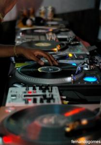 4 toca-discos e 2 DJ's de verdade, daqueles que sabem aliar um set bom a viradas, scratchs e colagens bem feitas. Soma-se a isso as apresentações de alto nível dos MC's do 157 Nervoso e Daganja. Essa foi a cara da 2ª edição do Vitrola 71, festa que volta a acontecer no dia 16, fique atento!