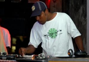 ...juntamente com o DJ Índio compõem a dupla de DJ's que comanda a festa. No set da última edição, rolou de clássicos do rap, como Senhor Tempo Bom de Thaíde & DJ Hum, a sons mais recentes como Afrogueto e SP Funk.